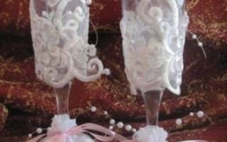 Оформление бокалов на свадьбу своими руками. Фужеры с гравировкой для молодых на свадьбу. Украшение свадебных бокалов розочками из лент — видео